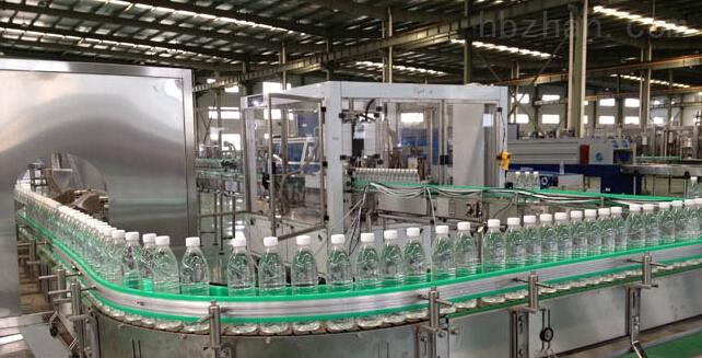 瓶装矿泉水生产设备灌装工艺包括吹瓶设备、全自动理瓶机、进瓶风道、瓶装矿泉水灌装设备、上盖机、在线式瓶盖消毒设备、出瓶输送、灯检、吹干机、喷码机、标签设备、包装设备、码垛设备。 在矿泉水生产线设备中,三合一灌装机产量分为2000瓶/时、3000瓶/时、4000瓶/时、7000瓶/时、10000瓶/时、15000瓶/时~36000瓶/时(以500mlPET聚酯瓶计算)。 瓶装矿泉水生产设备工艺说明: 1.