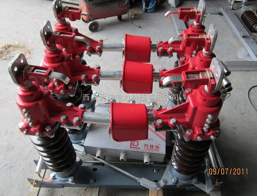 35KV高压隔离开关是一种双柱式隔离开关,它是单极形,当三极使用时,极间用带轴机械连接 起来,三极同步使用。西安35千伏隔离开关厂、西安天正供应GW4-40.5型户外高压隔离开关 GW4系列隔离开关由底座,绝缘支柱及导电部分组成。35KV户外隔离开关GW4-40.5、GW4-40.5、GW4-40.5、GW4GW4系列隔离开关每极有两个瓷柱,分别装有底座两端轴承上,以交叉连杆连接(GW4-10系列隔离开关只有一个瓷柱装在底座一端轴承上,另一个瓷柱固定装在底座的另一端),可以水平旋转。 35KV高压隔离开关