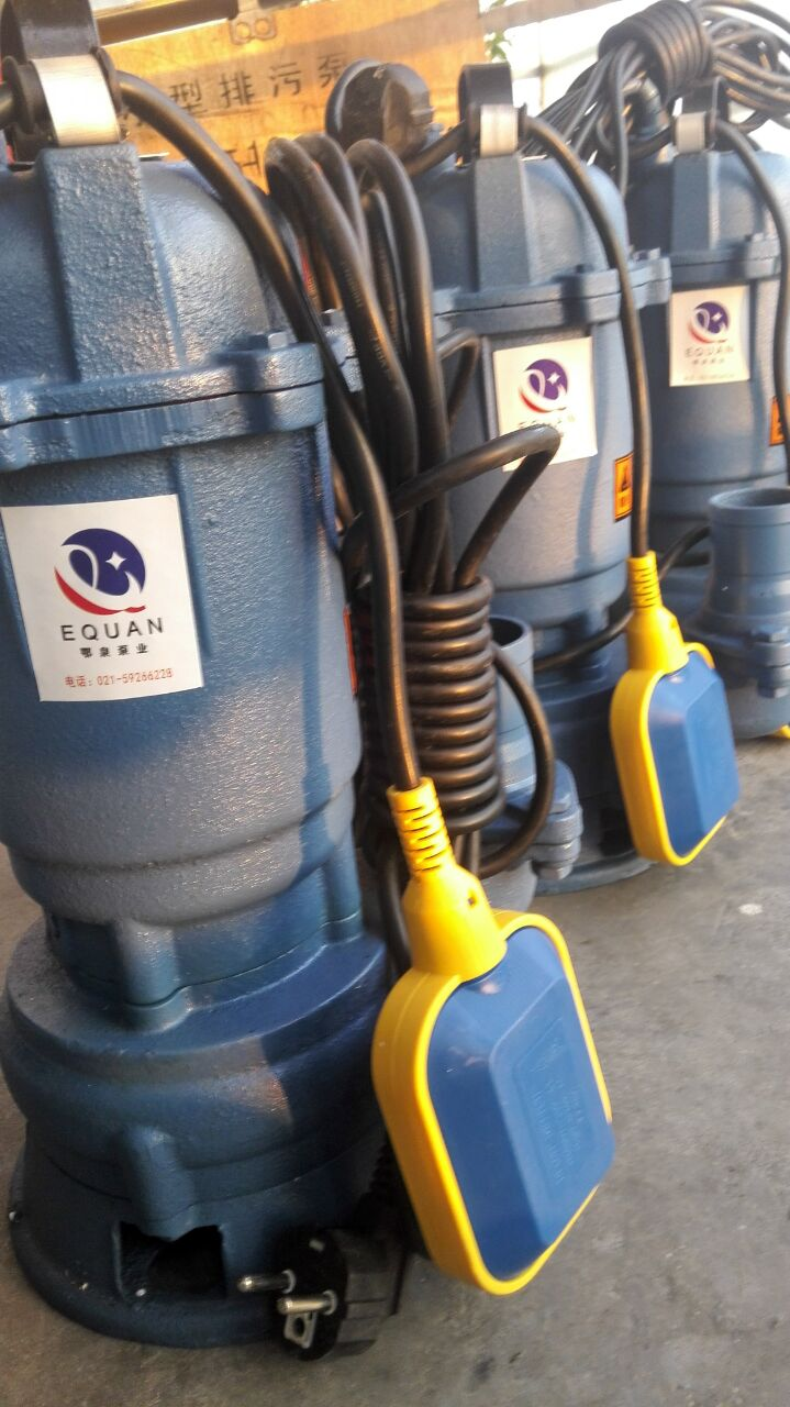 一、全自动潜污泵产品介绍: WQD单相潜水排污泵是引进国外先进技术的基础上消化吸取,结合我国用户特性而开发的新一代产品,具有高效区宽广,通过能力强,使用寿命长,安排方便,体积小等优点,是农用灌溉,生活污水处理的首选排污产品。控制功能齐全等优点,尤其在全扬程性能方面和密封技术更具有自己的特点。单相污水潜水电泵电压220V,zui适合家庭使用。 二、WQ型浮球式污水泵产品特点: WQ型浮球式污水泵是我公司设计开发的新一代排污式潜水电泵。高雅端庄的外形,经久耐用的设计理念,采用下吸式结构、双层密封,并配有过载和